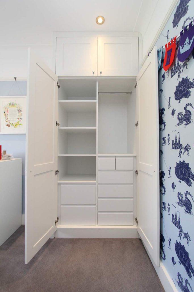 Shaker wardrobe with matt white interior, drawers and shelves